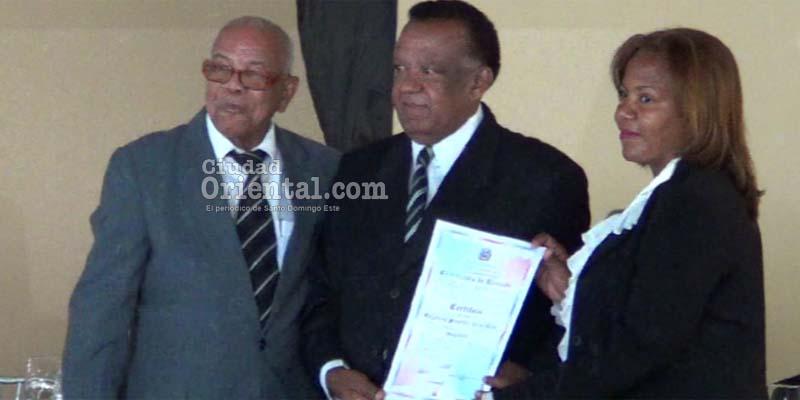 Catalino Sánchez recibe su certificado de regidor