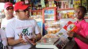 El administrador de los Comedores económicos Monchy Rodríguez conversa con un vecino de SDE