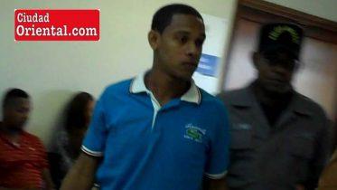 Darion Rojas, conducido por un custodia policial.