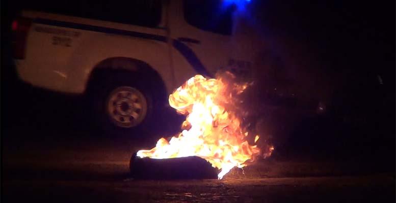 Neumático incendiado durante protestas en Villa Duarte