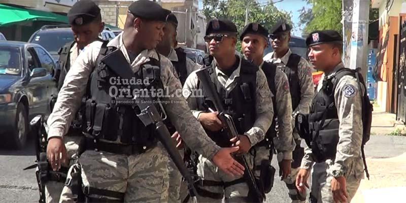 Soldados protegen actro entrega certificados en el Club del Legislador