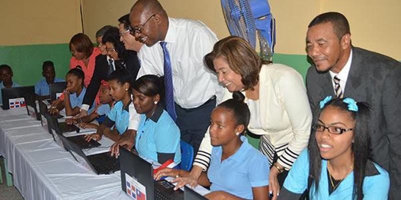 Alumnos de la escuela junto a las computadoras y funcionarios