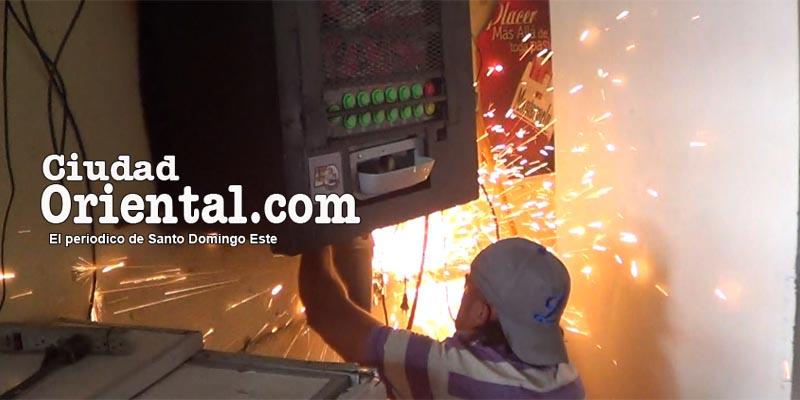 Obrero desmonta una máquina tragamonedas