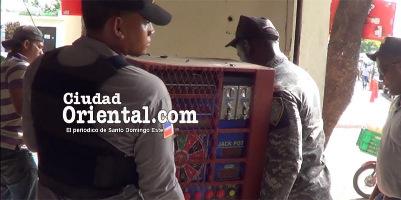 Policías cargan un tragamoneda por orden del Ministerio Publico