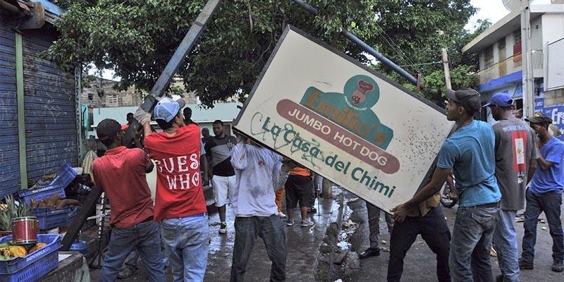 Brigadas del A SDE desmantelan negocios colocados en espacios públicos