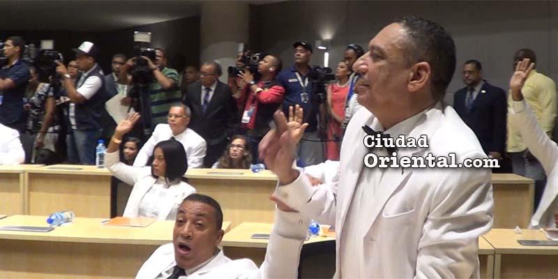 César Fortuna obliga aMonserrat Calderón a sentarse en medio de la votación