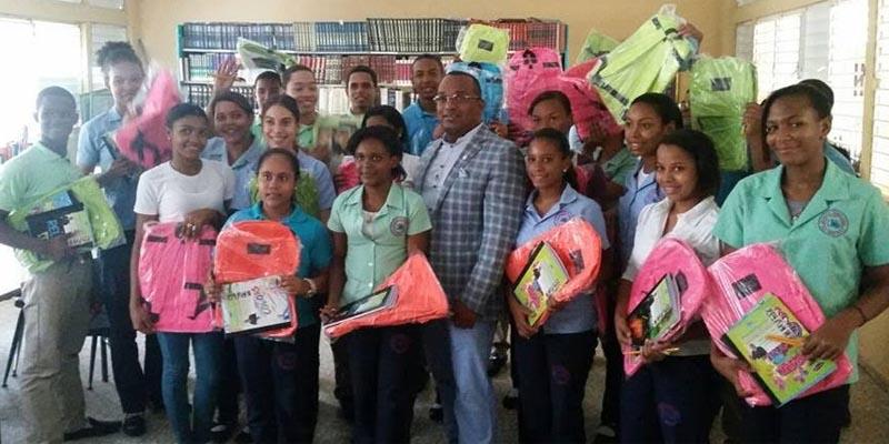 Photo of Domingo Barett entrega útiles escolares en  la Circ. 3 de SDE