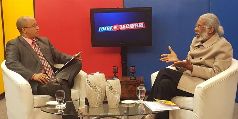 Elvis Lima (i), entrevista a Juan Hubieres