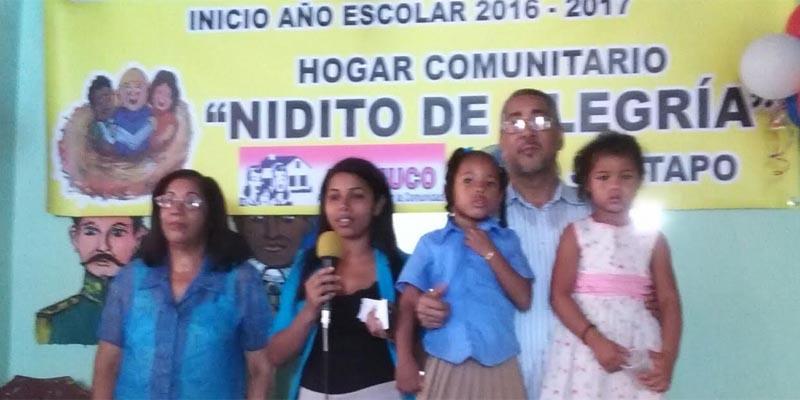 Los dirigentes comunitarios junto a estudiantes de Nidito de Alegria