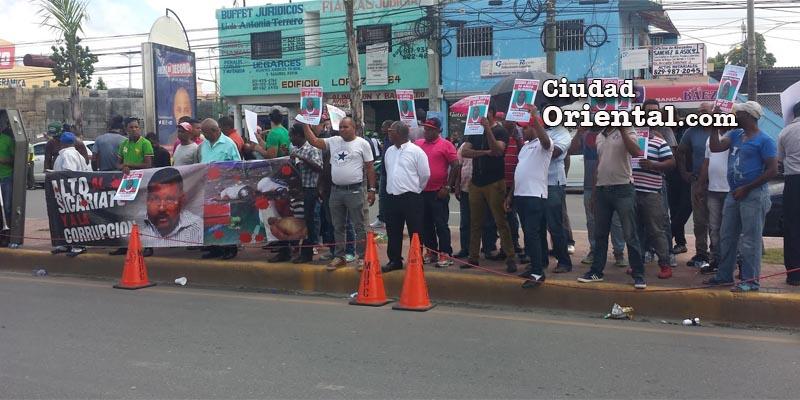 Manifestantes frente a la Fiscalía de Santo Domingo