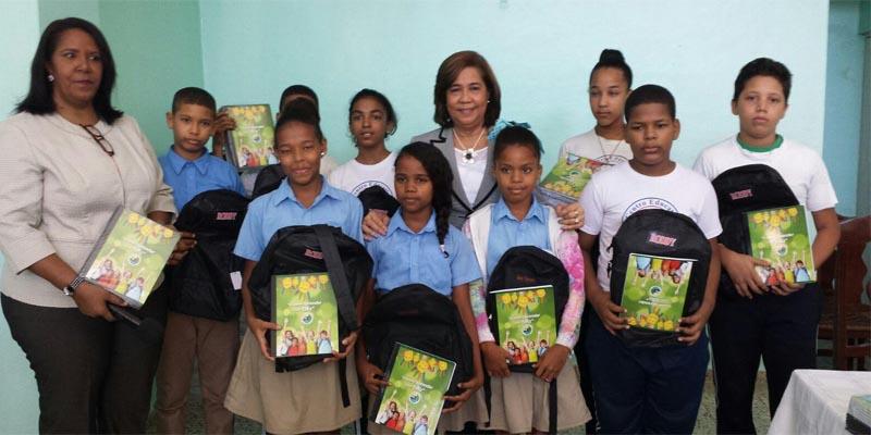Jacinta Estevez junto a estudiantes de SDE