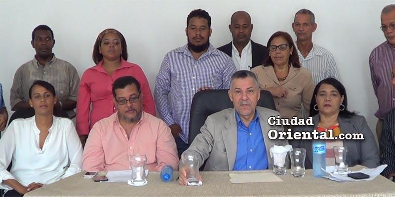 Manuel Jiménez junto a dirigentes y miembros de Trinitarios-RD