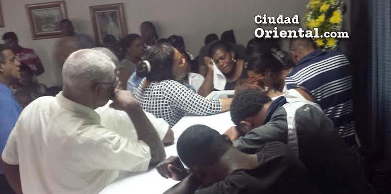 Photo of Dolor y pesar en velatorio teniente policía judicial asesinado en Brisas del Este
