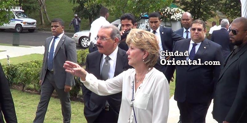 Llegada de Danilo Medina al Cementerio Puerta del Cielo, tras él, el carro fúnebre con el cadáver de Richard de los Santos