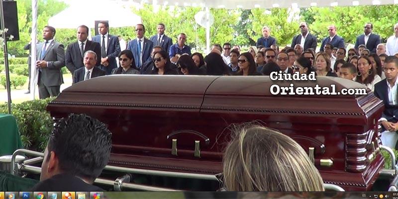 El presidente Danilo Medina junto a los familiares de Richard De los Santos. En primer plano, el ataud con los restos de Richard