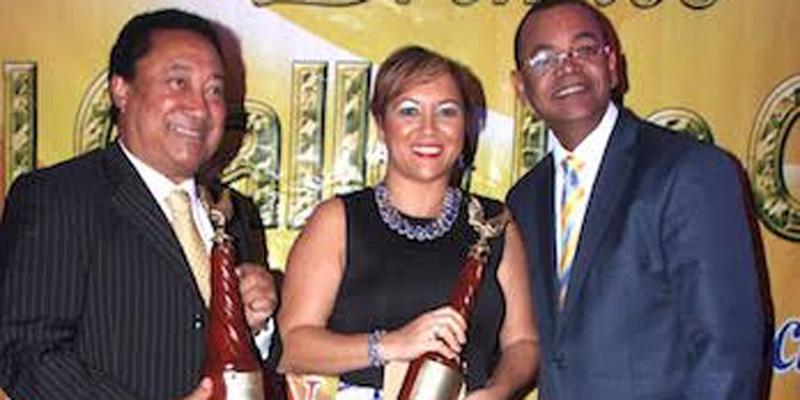 Galardonados por la Fundación Gallo de Oro, a la derecha, su presidente Luis Tejeda