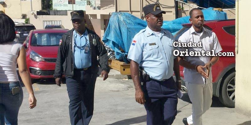 Rafal Lara es llevado por un custodia policial a la cárceld e la Fiscalía en la avenida Charles de Gaulle.