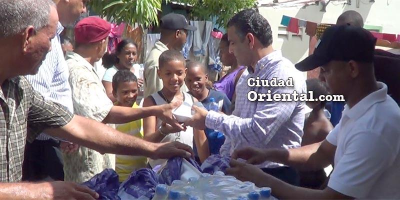 Luis Alberto Tejeda distribuye raciones alimenticias