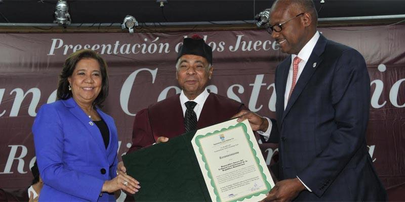 La Vice Alcaldesa Jacinta Estevez y el Alcalde Alfredo Martínez entregan al presidente del TC, Milton Ray Guevara, un reconocimiento no aprobado por el Concejo de Regidores