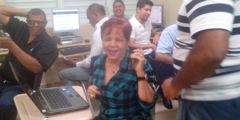 Ella lanzó un grito de alegría cuando comprobó que su emisora estaba en línea y podía escucharla en su teléfono móvil