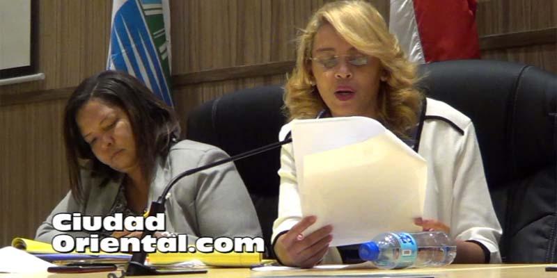 La Secretaria del Concejo, Adalgisa Germán, lee el informe sobre la inseguridad ciudadana en SDE