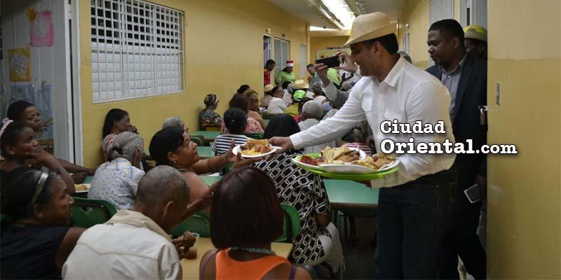 Luis Alberto Tejeda sirve almuerzo de Navidad a vecinos