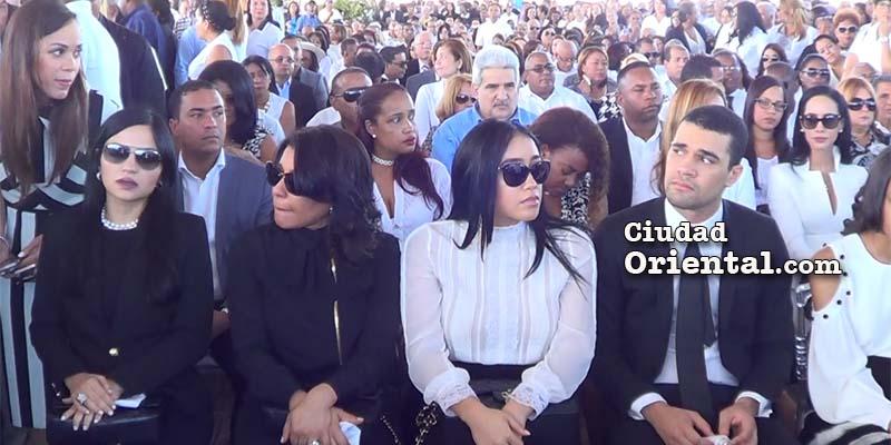 Parientes de Juancito en primera fila; detrás vista parcial de la multitud que asistió a la misa en la explanada frontal del Faro a Colón