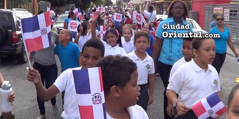Estudiantes rinden tributo a la Independencia Nacional en el residencial El Triángulo, de Alma Rosa II