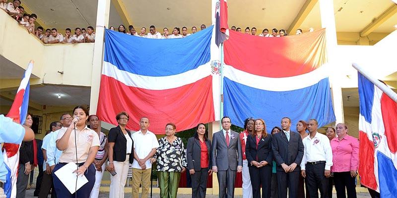 Photo of El Ministro de Educación visita la escuela Colombina Canario,  en Vietnam de Los Mina