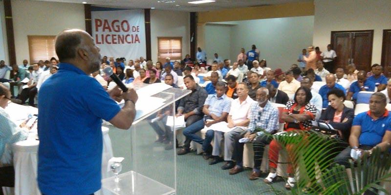 Photo of Eduardo Hidalgo exhorta maestros mantener afiliación en la ARS-SEMMA