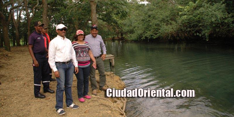 Los excursionistas junto a las aguas cristalinas del Cachón de La Rubia