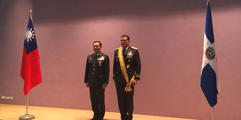 Photo of Comandantes fuerzas aéreas de Taiwán y República Dominicana reciben Condecoración