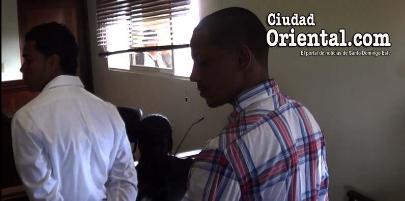 A la derecha, Ricardo de la Paz Cruz(a) Riki Chanp.