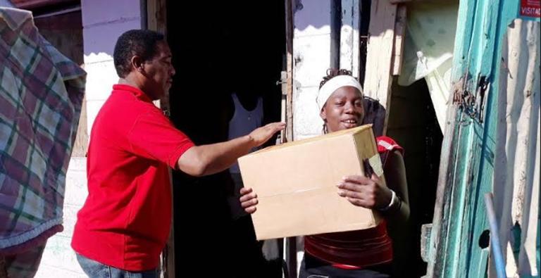 Photo of Comedores Económicos entrega cajas navideñas en bateyes de Barahona