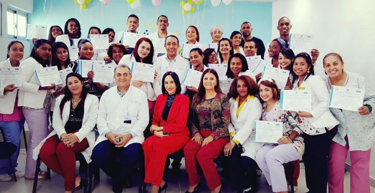 Photo of Médicos y enfermeras de la Maternidad de Los Mina reciben capacitación