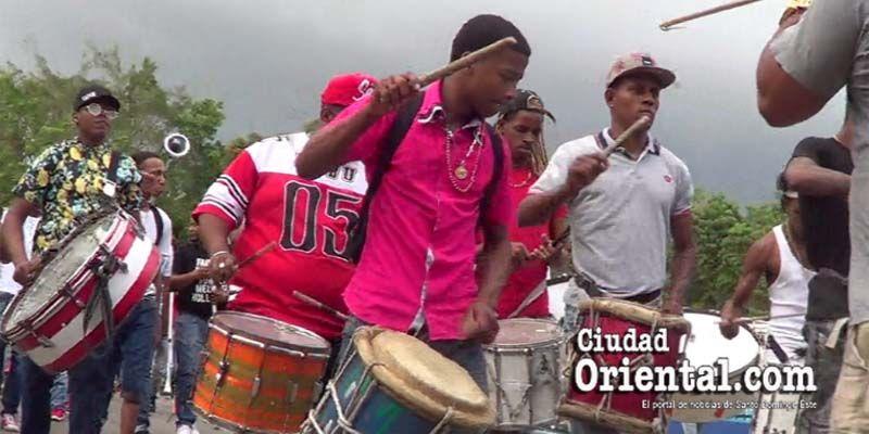 Photo of Carnavaleros de SDE protestan en las calles contra El Cañero + Vídeo