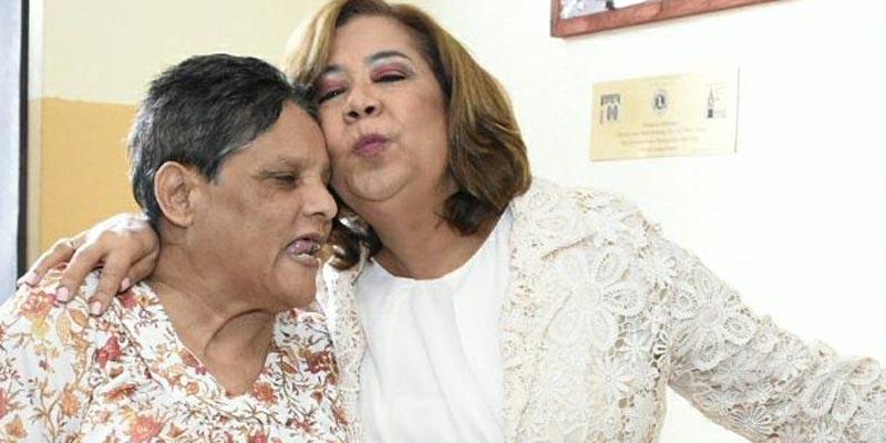 Photo of Jacinta Estevez lleva alegría a las ancianas de la Residencia Bethania de Los Mina