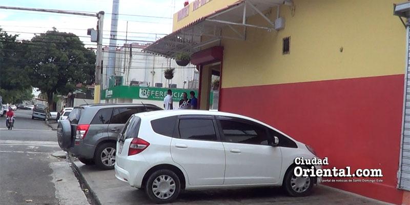 Photo of En la avenida Sabana Larga comerciantes abusan de peatones ante indiferencia ASDE