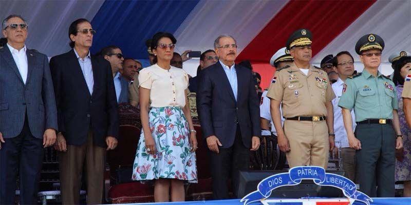 Photo of Al menos 21 senadores y 88 diputados acompañaron a Danilo durante el desfile militar