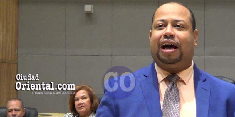 Photo of Regidor denuncia ASDE entrega licencias para negocios a haitianos ilegales + Vídeo