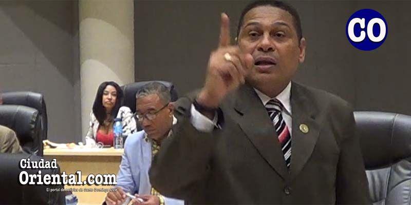 Photo of Dinamismo de Luis Flores eclipsa al vocero del PLD y a la Presidente del Concejo de Regidores