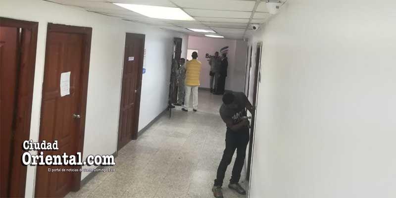 """Photo of Una """"batalla épica"""" librada con abundante """"M…"""" pone a rayas a Policías en la Fiscalía de SD"""