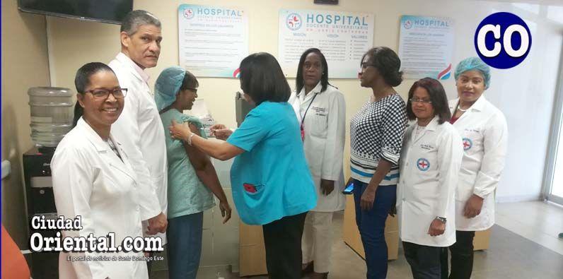 Photo of Realizan jornada de vacunación personal hospital Darío Contreras