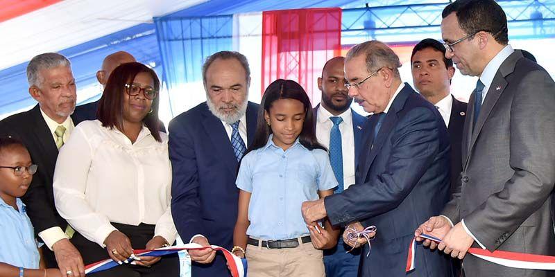 Photo of Danilo Medina entrega moderno centro educativo en Villa Mella