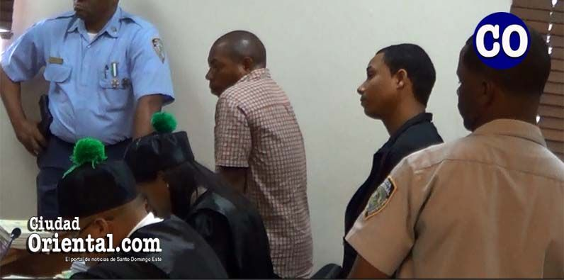 Los dos condenados, escuchan el veredicto.
