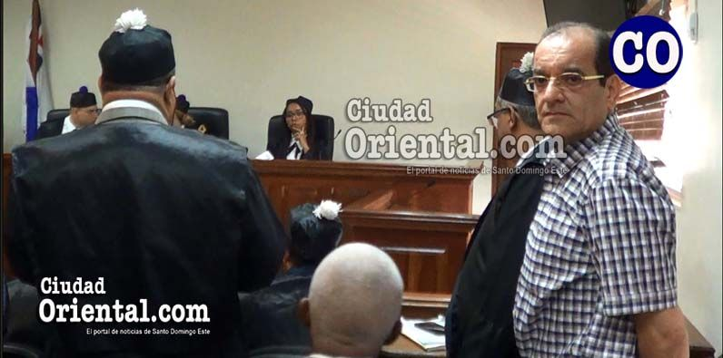 Winston Rizik Rodríguez, de pies, mirando la cámara.