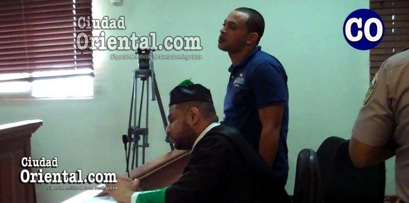El condenado junto a su abogado, escuchando el dictamen del tribunal.