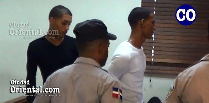 Los dos condenados, en custodia policial.