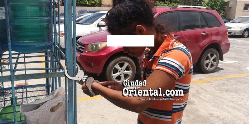 Photo of Tortura a la vista de todos: adolescente es esposada bajo el sol por policías al servicio del MP
