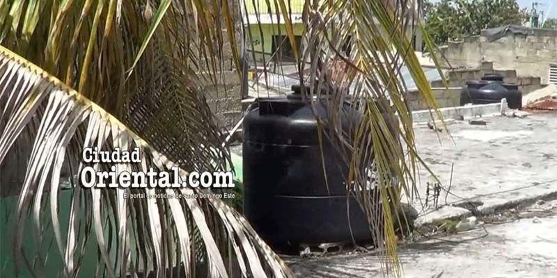 Photo of Una mujer, no la Policía, encuentra chalecos anti balas en el tinaco de su vivienda en El Maleconcito